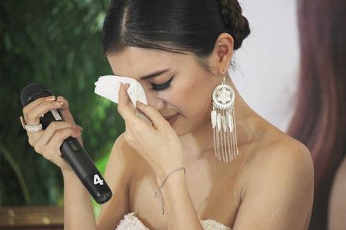 Tiêu Châu Như Quỳnh nhiều lần khóc giữa sự kiện.