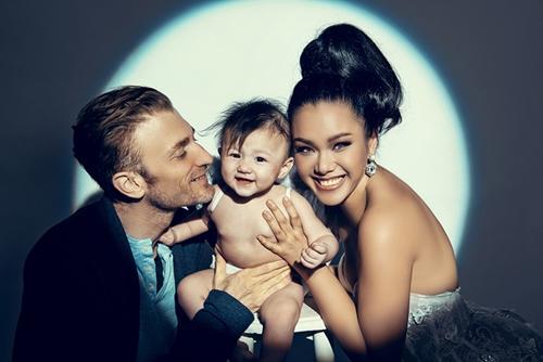 Phương Vy bên chồng và con gái Kuru.