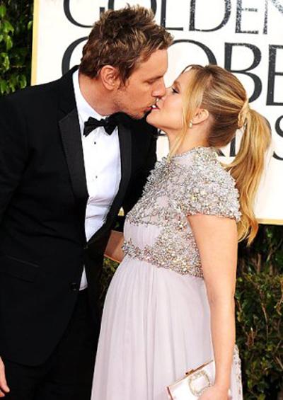 Diễn viên Dax Shepard tình cảm với bà bầu Kristen Bell tại mùa trao giải 2013. Cũng trong năm này, cặp sao làm đám cưới. Họ có hai con.