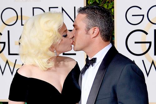Lady Gaga và diễn viên Taylor Kinney hôn nhau trên thảm đỏ Quả Cầu Vàng 2016. Năm đó, Lady Gaga chiến thắng Nữ diễn viên chính xuất sắc trong series truyền hình ngắn tập nhờ vai diễn nhiều cảnh gây sốc trong American Horror Story mùa thứ năm. Cô và Taylor Kinney hiện đã chia tay.