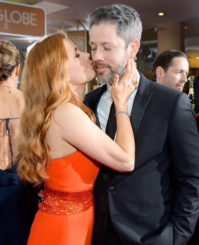 Amy Adams hôn Darren Le Gallo tại sự kiện của Quả Cầu Vàng 2016. Cặp sao kết hôn năm 2015, sau 14 năm bên nhau.