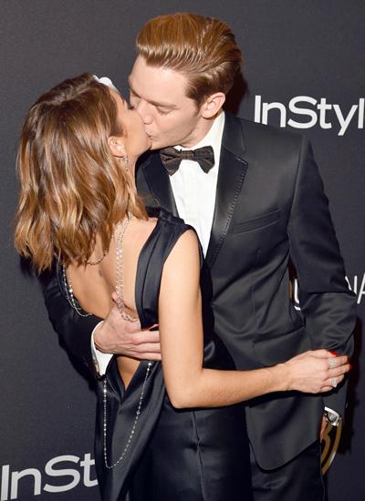 Sarah Hyland, diễn viên của The Modern Family, hôn Dominic Sherwood ở bữa tiệc sau khi Lễ trao giải Quả Cầu Vàng 2017 kết thúc.