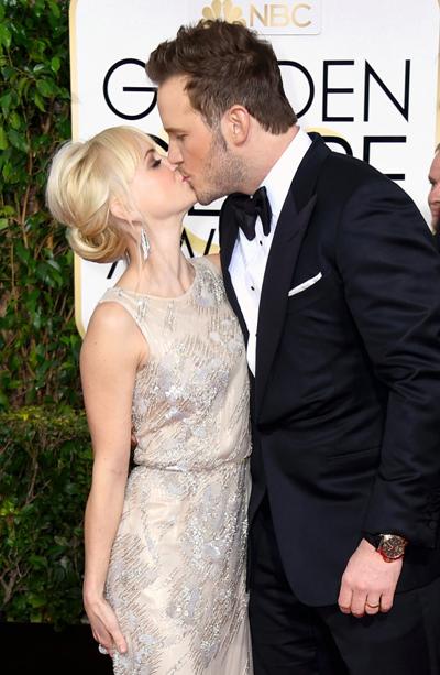 Anna Faris và Chris Pratt khóa môi khi dự Quả Cầu Vàng 2015. Cả hai cùng nhận trách nhiệm giới thiệu các đề cử và trao giải tại sự kiện này. Cặp sao thông báo tin ly hôn vào mùa hè 2017.