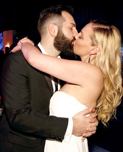 Katherine Heigl âu yếm hôn chồng, Josh Kelley, tại tiệc Quả Cầu Vàng 2015.