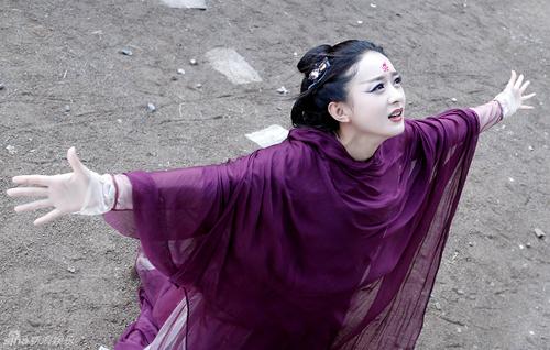 Phim Hoa Thiên Cốt (2015) đánh dấu mốc son trong sự nghiệp Triệu Lệ Dĩnh khi phá vỡ nhiều kỷ lục của làng truyền hình Trung Quốc. Tác phẩm liên tục 29 lần dẫn đầu tỷ lệ người xem, đạt 400 triệu lượt xem trực tuyến trong một ngày. Đây là phim truyền hình đầu tiên của Trung Quốc đạt 20 tỷ lượt xem trực tuyến. Với vai này, cô đạt nhiều giải thưởng như Nữ diễn viên chính xuất sắc (LHP quốc tế Macau), Nữ diễn viên được yêu thích nhất (giải Kim Ưng)...