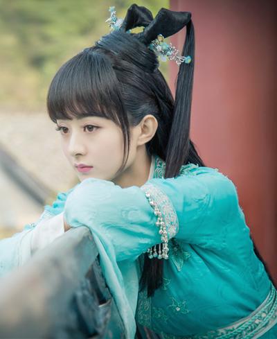 Năm 2016, Triệu Lệ Dĩnh phủ sóng màn ảnh nhỏ và rộng Trung Quốc với loạt phim Cát tường thiên bảo, Lão cửu môn, Thanh Vân chí, Công thức tình yêu của cô nàng tomboy, Mười năm của chúng tôi...