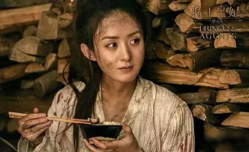 Đầu năm 2017, phim điện ảnh Đạp gió rẽ sóng do cô đóng chính đạt doanh thu hơn mộttỷ nhân dân tệ (khoảng 154 triệu USD). Phim truyền hình Sở Kiều truyện làm mưa làm gió ở Trung Quốc và một số nước châu Á. Phim đạt kỷ lục 42 tỷ lượt xem trực tuyến ở Trung Quốc. Theo Sohu, Triệu Lệ Dĩnh chủ động đề nghị đạo diễn thêm cảnh giao đấunhằm lột tả sự nỗi khổ của thân phận nô lệ. Cô cùng đoàn phim nhiều lúc làm việc trong thời tiết40 độ C. Người đẹp chấp nhận rũ bỏ hình ảnh lung linh để diễn các cảnh nhem nhuốc, xấu xí.