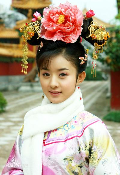 Triệu Lệ Dĩnh vai Tình Nhi trong Tân Hoàn Châu cách cách.