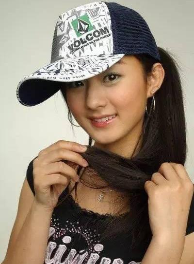 Lệ Dĩnh vào làng giải trí năm 2006, sau khi tham gia cuộc thi tìm kiếm ngôi sao do Yahoo (Trung Quốc)tổ chức.