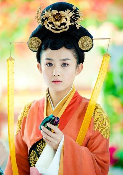 Năm 2013, Lệ Dĩnh vào vai nữ tướng Lục Trinh trong Lục Trinh truyền kỳ. Người đẹp đóng cặp với Trần Hiểu và song ca nhạc phimcùng nam diễn viên. TheoSina, phimđạt tỷ lệ khán giả cao thứ ba ở Trung Quốc trong năm 2013. Tác phẩm được Hàn Quốc, Nhật Bản, Việt Nam,Malaysia... mua bản quyền phát sóng. Cũng năm này, cô bội thu giải thưởng với các danh hiệu Nữ diễn viên được yêu thích nhất, Nữ diễn viên trẻ được yêu thích... từ các đài truyền hình.