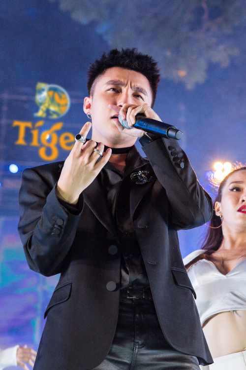 Nam ca sĩ trình diễnbài hit Lạc trôi phiên bản EDM, Em của ngày hôm qua và Buông đôi tay nhau ra.
