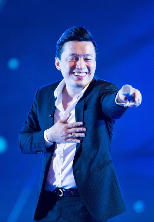 Anh hai Lam Trường lần đầu trình diễn những bản hit được nhiều bạn trẻ yêu thích gần đây nhưEm gái mưa, Anh cứ đi đi và Sau tất cả.