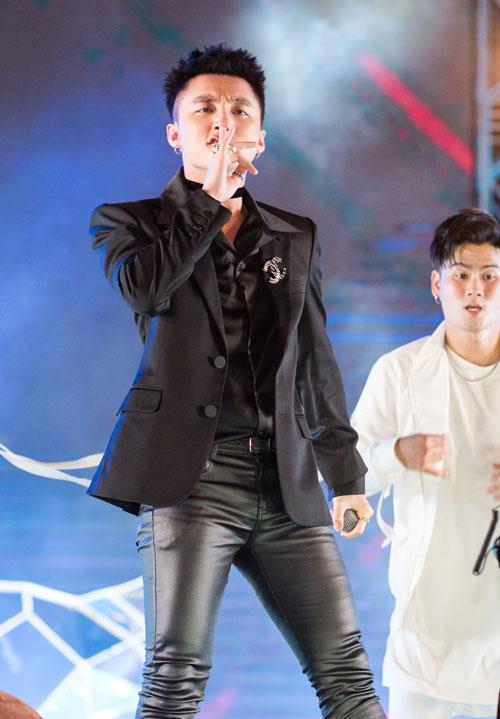Ngoài Mỹ Tâm, Sơn Tùng M-TP cũng là một trong những nghệ sĩ thường xuyên xuất hiện trên các sân khấu âm nhạc lớn. Sự có mặt của anh luôn nhận được sự hưởng ứng, cổ vũ từ các khán giả trẻ.