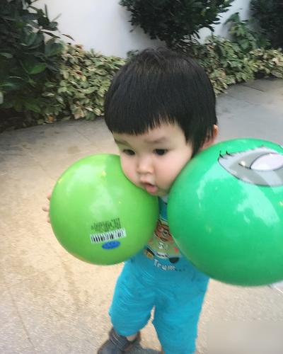 Trong dịp sinh nhật của Lý Minh Thuận, Văn Phương đăng ảnh con trai ôm hai quả bóng và viết: Bố, hôm qua hai mẹ con không chúc mừng bố ở đây. Bố đừng trách mẹ, vì mẹ bận quá. Nhưng mẹ bận gì thì con không rõ. Cả ngày mẹ chỉ ở bên con, cho con ăn, uống sữa, tắm cho con, chơi với con, đọc sách, dỗ con ngủ... Bố, con chẳng có gì tặng bố cả, nên bỗ hãy nhận hai quả bóng yêu quý này của con nhé.