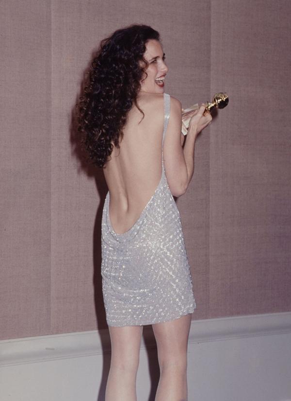 """<p class=""""Normal""""> Minh tinh Andie Macdowell khoe lưng trần với bộ váy ngắn năm 1991.</p>"""