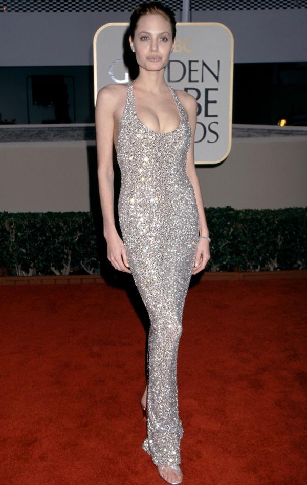 """<p class=""""Normal""""> Trong bộ váy đính đá của Randolph Duke, Angelina Jolie tỏa sáng trên thảm đỏ năm 1999.</p>"""