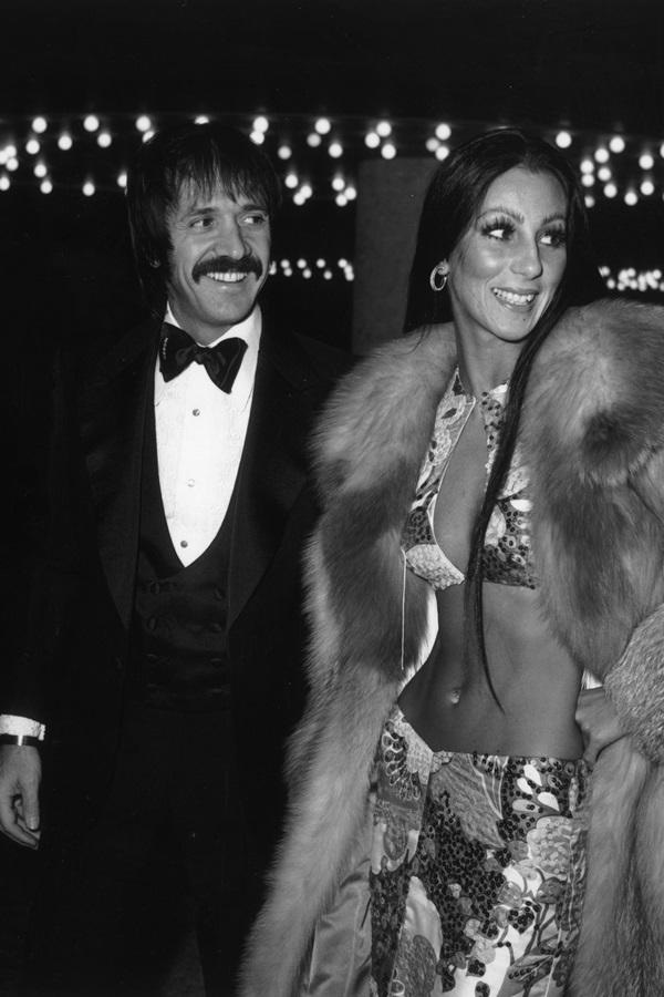 """<p class=""""Normal""""> Quả Cầu Vàng 2018 sẽ diễn ra vào ngày 7/1 (giờ địa phương) tại California (Mỹ). <em>Harper's Bazaar</em> điểm lại những bộ váy được đánh giá quyến rũ nhất trong lịch sử lễ trao giải.<br /><br /> Năm 1978, Cher đến sự kiện với chân váy họa tiết kèm crop-top đồng điệu. Bộ cánh hở gần hết phần thân trên.</p>"""