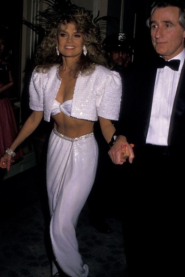 """<p class=""""Normal""""> Năm 1988, diễn viên Dyan Cannon diện áo ngực với chân váy. Người đẹp che chắn bằng áo khoác bolero.<br /> </p>"""