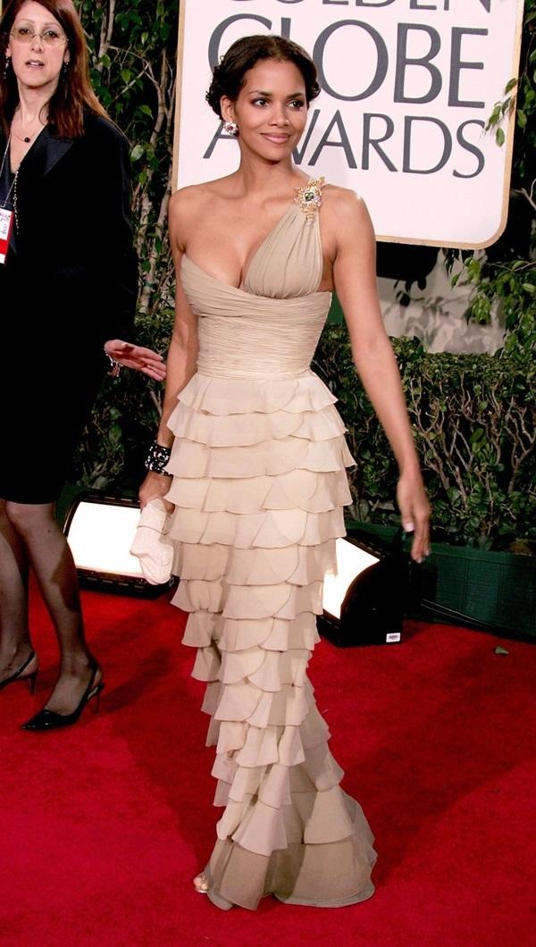 """<p class=""""Normal""""> Halle Berry đến Quả Cầu Vàng năm2005 với bộ váy xếp tầng. Thiết kế thể hiện sự táo bạo ở phần cúp ngực một bên.</p>"""