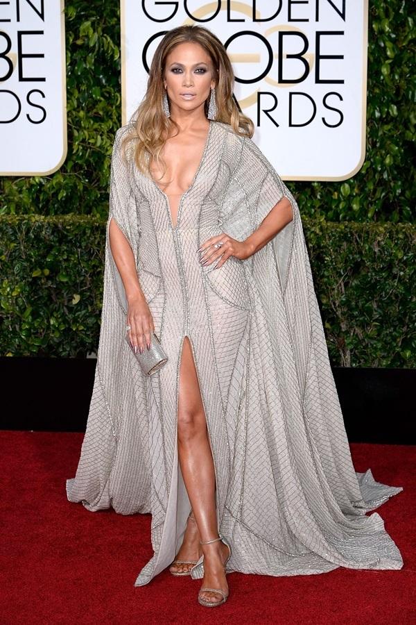 """<p class=""""Normal""""> Năm 2015,Jennifer Lopez đến sự kiện trong bộ cánh dáng cape củaZuhair Murad. Thiết kế xẻ cổ sâu giúp người đẹp khoe vòng một.</p>"""