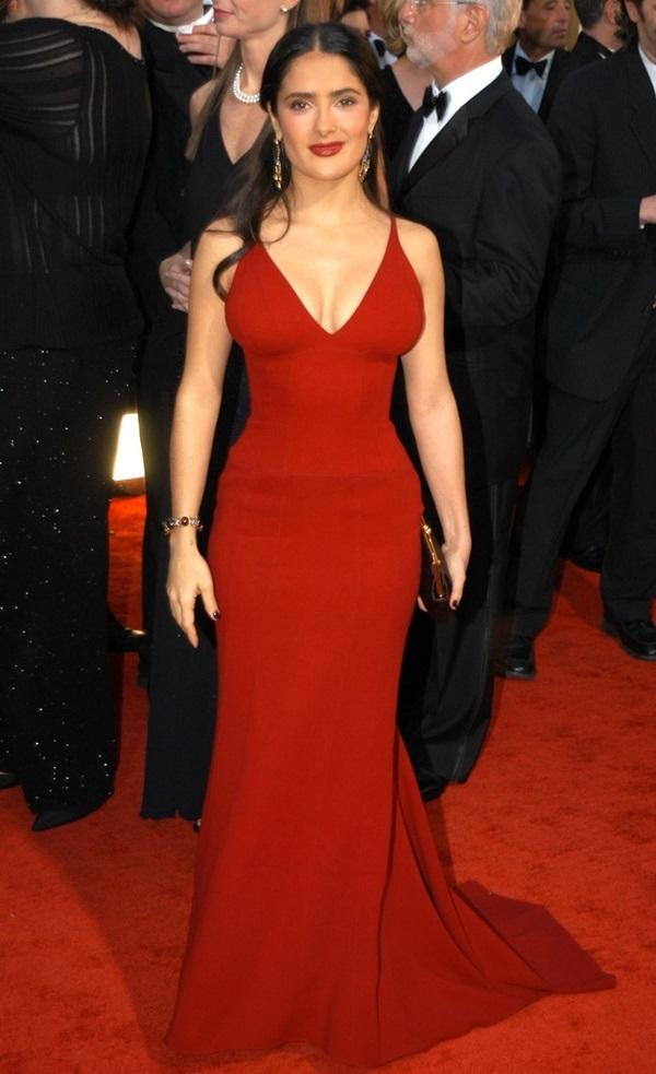 """<p class=""""Normal""""> Salma Hayek khoe thân hình đồng hồ cát trong bộ váy đỏ của Narciso Rodriguez năm 2003.</p>"""