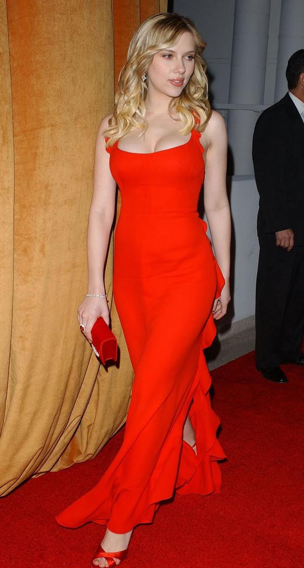 """<p class=""""Normal""""> Chiếc váy màu đỏ xẻ tà, khoét ngực củaCalvin Klein vào năm 2006 là một trong những thiết kế đẹp và quyến rũ nhất mọi thời đại.Scarlett Johansson được đánh giá hoàn hảo trong bộ đầm ấy.</p>"""