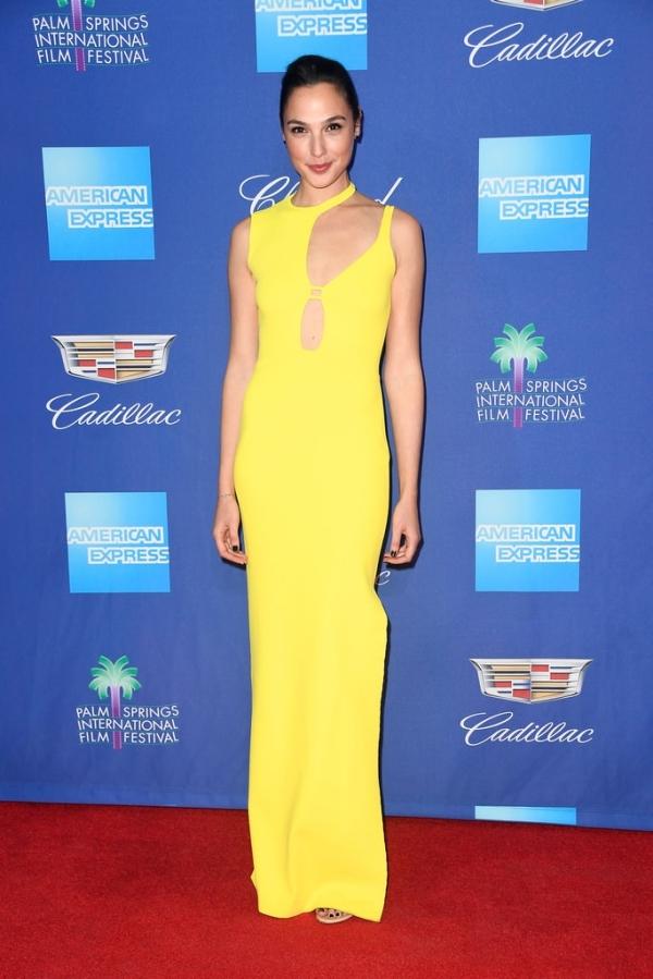 'Mẹ Rồng' Emilia Clarke đẹp nhất tuần với đầm tôn dáng