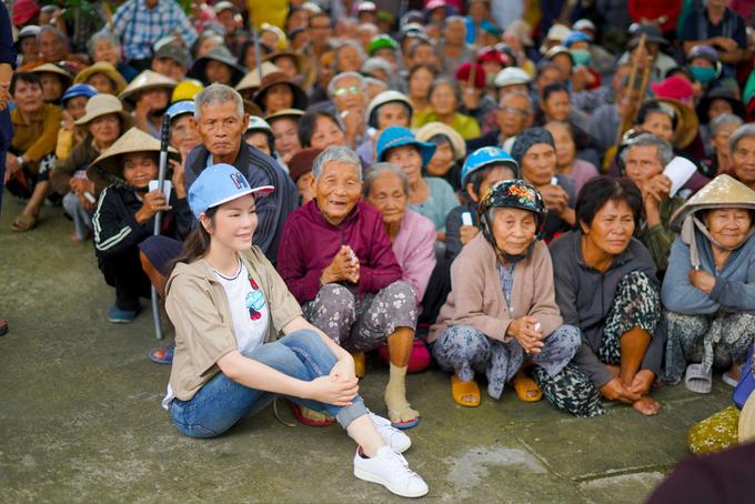 Lý Nhã Kỳ phát hơn 1.000 phần quà cho người dân Khánh Hòa