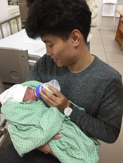 Ca sĩ Tùng Lâm chăm sóc con trai đầu lòng.