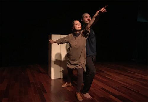NSND Lê Khanh (trái) lần đầu tham gia vở Quẫn cùng đoàn kịch Lucteam.