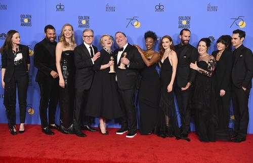 Đoàn phim The Handmaids Tale thắng giải Series chính kịch xuất sắc.