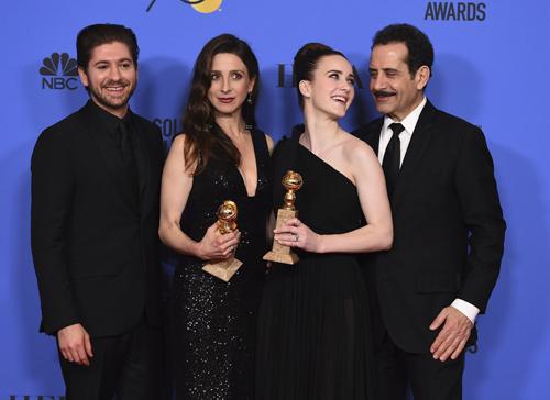 Từ trái qua: Michael Zegen, Marin Hinkle, Rachel Brosnahan, Tony Shalhoub ăn mừng chiến thắng ở hạng mục Series hài kịch hoặc ca nhạc xuất sắc với tác phẩm The Marvelous Mrs. Maisel.