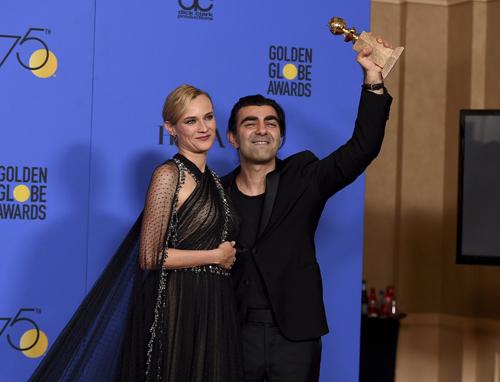 Đạo diễn Fatih Akin và diễn viên Diane Kruger - người đóng vai bà mẹ có chồng và con trai đều thiệt mạng trong một vụ đánh bom của chủ nghĩa phát xít mới. In the Fade thắng giải Phim nói tiếng nước ngoài xuất sắc.