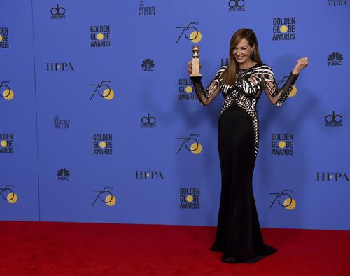 Allison Janney giành giải Nữ diễn viên phụ xuất sắc trong phim điện ảnh với phim I, Tonya - phim tiểu sử về cuộc đời của Tonya Harding - vận động viên trượt băng nhiều tai tiếng.