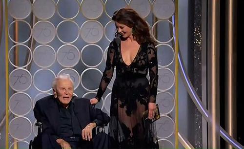 Trên sân khấu Quả Cầu Vàng 2018 ở Los Angeles, Mỹ, Catherine Zeta-Jones cùng bố chồng đảm nhiệm vai trò giới thiệu đề cử và người chiến thắng. Hai ngôi sao của Hollywood trao giải kịch bản cho Martin McDonagh nhận với Three Billboards Outside Ebbing, Missouri.