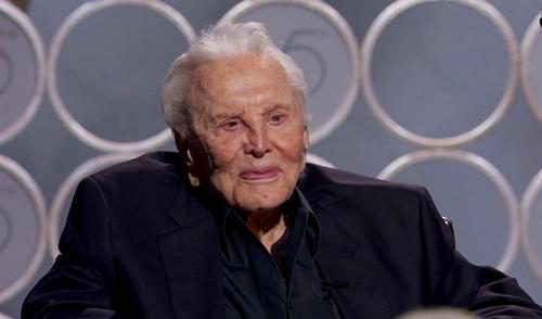 Kirk Douglas nhận được tràng pháo tay chào mừng không ngớt khi được đưa ra sân khấu. Diễn viên huyền thoại đã 101 tuổi và phải ngồi xe lăn.