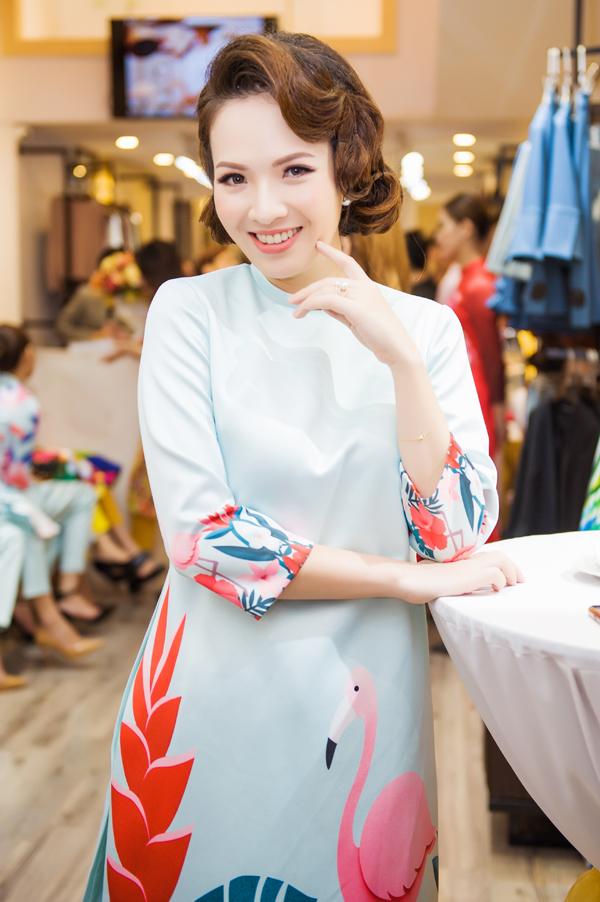 Việt Anh, Đan Lê diện áo dài chim hạc