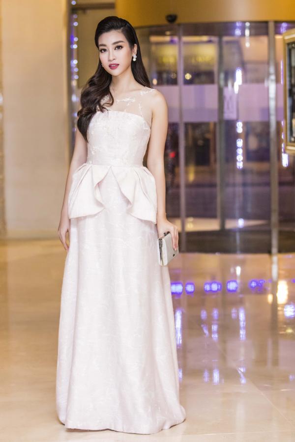 Hoa hậu Đỗ Mỹ Linh diện váy pastel hở vai
