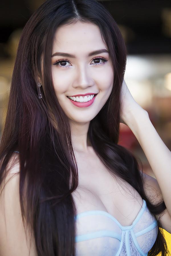 Phan Thị Mơ diện váy dáng corset đính hoa 3D