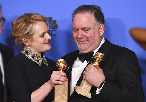 Elisabeth Moss thắng giải Nữ diễn viên xuất sắc trong series chính kịch trong The Handmaids Tale. Cô và Bruce Miller - người sáng tạo series - ăn mừng giải thưởng ở hậu trường. Lễ trao giải Quả Cầu Vàng 2018 vừa kết thúc lại Los Angeles, Mỹ.