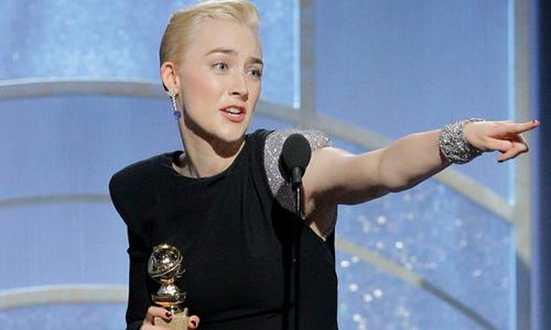 Saoirse Ronan nhận giải Quả Cầu Vàng cho Nữ diễn viên chính xuất sắc trong phim hài kịch/ca nhạc.