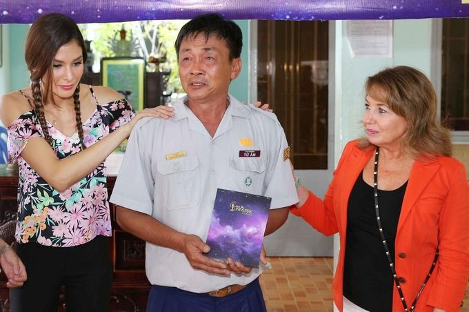Tân Hoa hậu Hoàn vũ VN chơi đùa cùng trẻ mồ côi ở Khánh Hòa