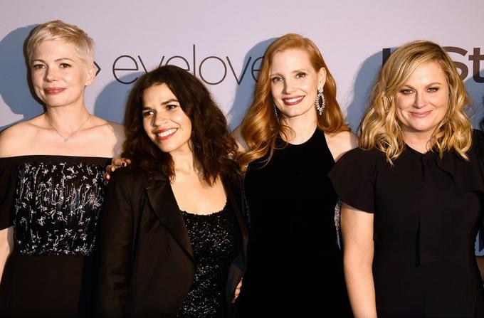 Miranda Kerr mặc váy bó lộ bụng bầu 8 tháng tại tiệc Quả Cầu Vàng