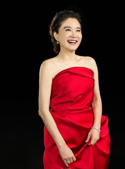 Bộ váy quây Lanvin có điểm nhấn là các đường gấp tinh tế được cô diện khi ghi hình một show truyền hình.