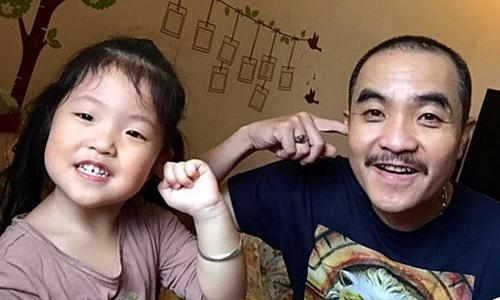 Bé Hà Linh (trái) có vẻ ngoài lém lỉnh, đáng yêu.