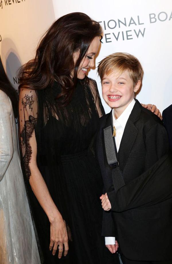 Shiloh lên thảm đỏ cùng Angelina Jolie với tay băng bó