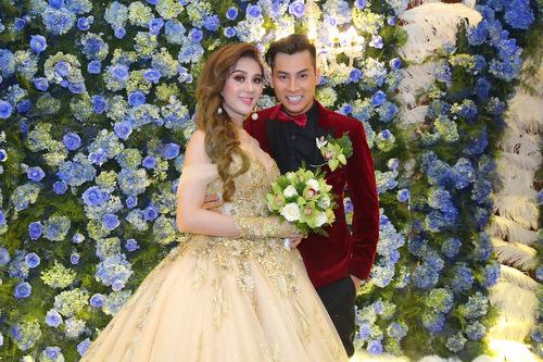 Lâm Khánh Chi và ông xã Phi Hùng có mặt tại địa điểm tổ chức tiệc cưới từ 17h30.