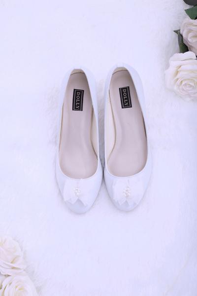 Trên nền da trắng được tuyển chọn vớibề mặt mịn và mượt mà, căng bóng, các nhà thiết kế điểm xuyết những họa tiết xinh xắn, mang cảm giác trong trẻo thanh khiết như vẻ đẹp của các cô dâu ngày cưới.