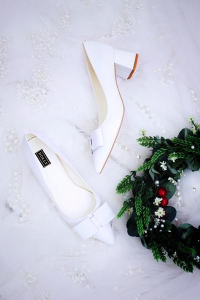 Nơ trắng cổ điển kết hợp trên kiểu giày mũi nhọn đế vuông có chiều cao 5cm phù hợp với đông đảo cô dâu.