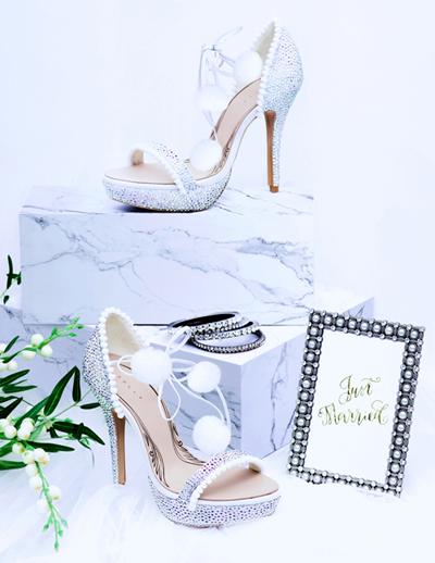Sandal cột dây đính swarovski lấp lánh, phối hợp cùng những viên bông bi mềm mại tao nhã sẽ khiến cô dâu thêm nổi bật.